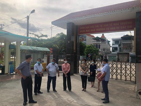 Ông Phạm Đình Chấn - Phó Giám đốc Công ty Điện lực Quảng Ninh (người thứ 2 từ trái sang phải) cùng Ban Tổ chức kỳ thi, kiểm tra trực tiếp các điểm thi