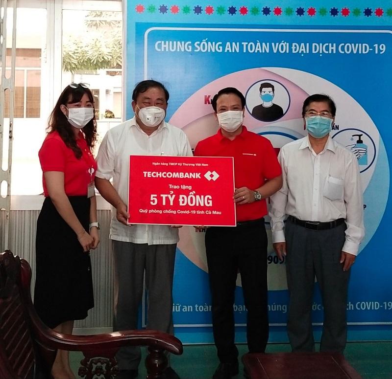 Cà Mau tiếp nhận 05 tỷ đồng ủng hộ phòng, chống dịch bệnh Covid-19. Ảnh: KT