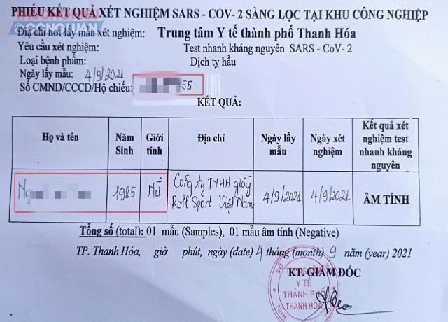 Người lao động tự điền thông tin vào giấy xét nghiệm âm tính do Trung tâm Y tế TP Thanh Hóa cung cấp