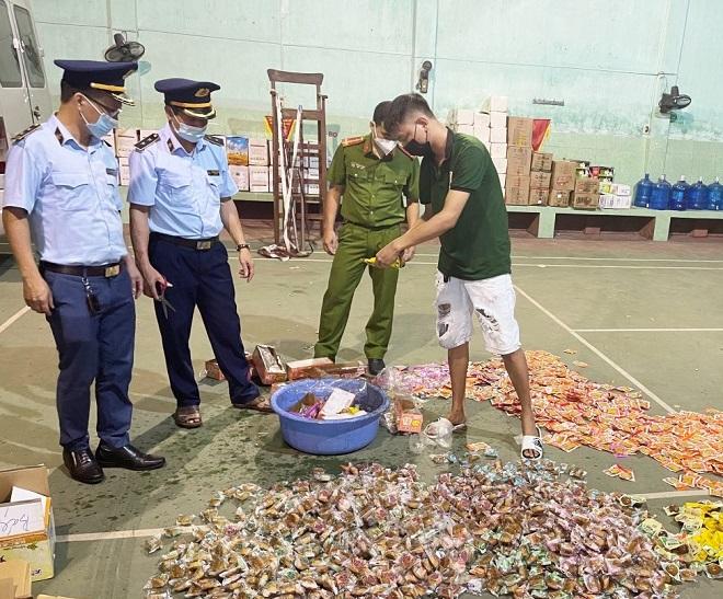 Lực lượng quản lý thị trường Bắc Giang phối hợp tiêu hủy hàng hóa vi phạm