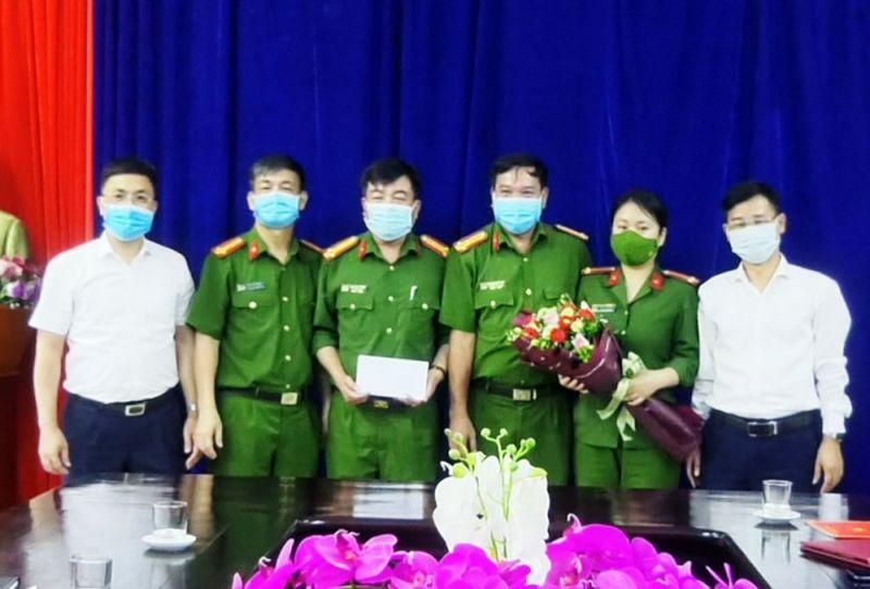 Lãnh đạo huyện Bắc Hà tặng quà chúc mừng Công an huyện Bắc Hà đã triệt phá thành công vụ án ma túy