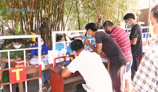 Xử phạt hành chính một lái xe không chấp hành quy định về phòng, chống Covid-19 khi vào thành phố Đà Nẵng.