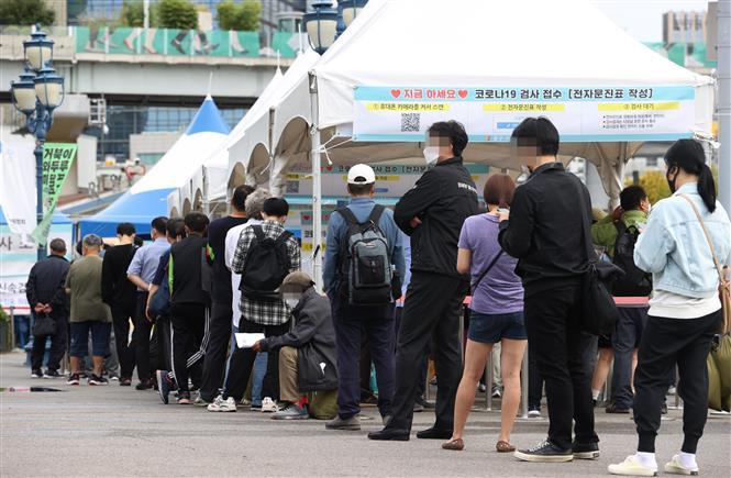 Người dân chờ xét nghiệm Covid-19 tại Seoul, Hàn Quốc. Ảnh: YONHAP/TTXVN