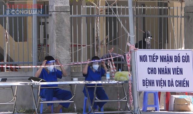 Người nhà các bệnh nhân hiện đang điều trị tại Bệnh viện dã chiến tại Khu ký túc xá phía tây thành phố Đà Nẵng đều được gowqir quà thường xuyên và đò dùng cần thiết