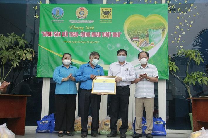 Ông Võ Văn Phu- PTGĐ Công tu CP phân bón Bình Điền trao tặng combo nông sản tại huyện Bình Chánh, TP.HCM