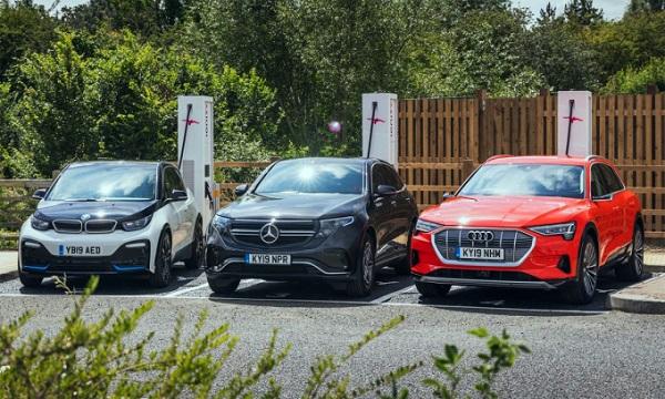 Ba mẫu xe điện của ba hãng khác nhau tại một trạm sạc ở Anh
