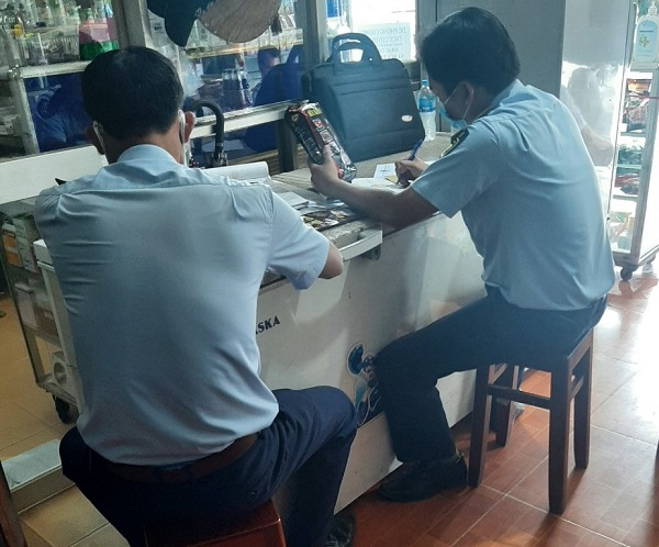 Lực lượng Quản lý thị trường tỉnh Tiền Giang tiến hành lập biên bản về hành vi bán hàng hóa giả mạo nhãn hiệu