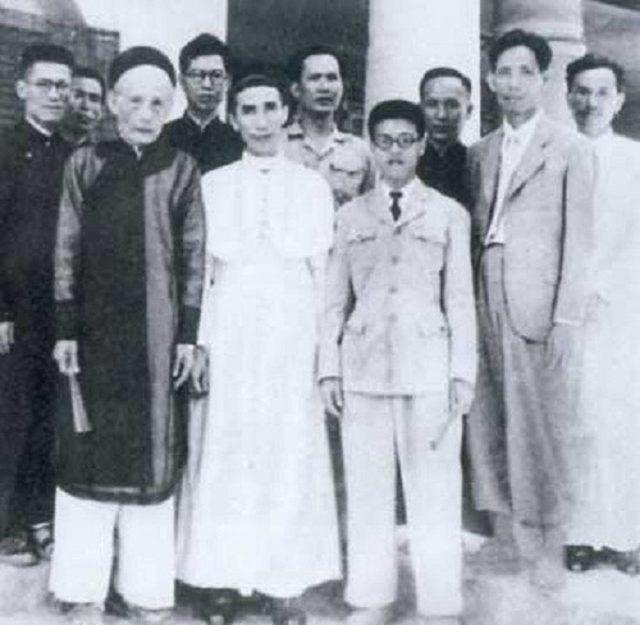 Doanh nhân Ngô Tử Hạ (hàng trên, ngoài cùng bên trái) - đại biểu cao tuổi nhất của Quốc hội Khóa I (Ảnh: Internet)