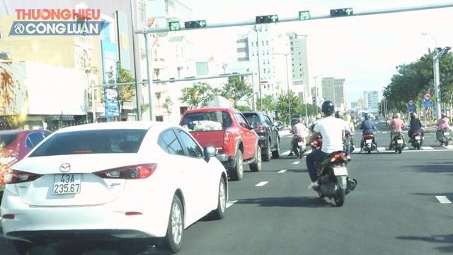 Đường phố Bạch Đằng đông xe qua lại