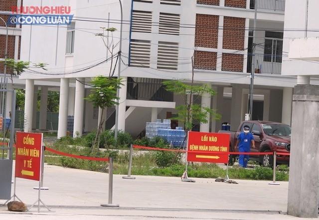 42 bệnh nhân Covid-19 cuối cùng tại Bệnh viện dã chiến Khu ký túc xá phía Tây Thành phố Đà Nẵng được đưa về Bệnh viện Phổi tiếp tục điều trị.
