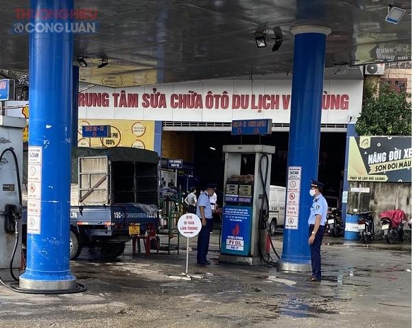 Đội 6 QLTT - Cục QLTT Hải Phòng tiến hành kiểm tra tại cửa hàng xăng dầu Việt Hùng