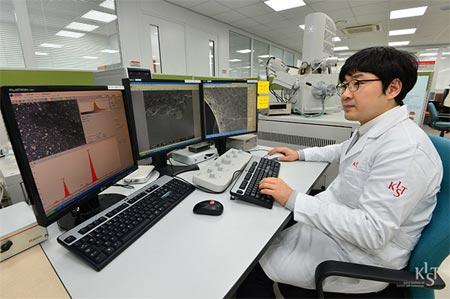 Hàn Quốc bứt phá nhờ đầu tư mạnh cho khoa học và công nghệ (trong ảnh: Nhà khoa học làm việc trong phòng thí nghiệm mở SEM của KIST). Nguồn: internet