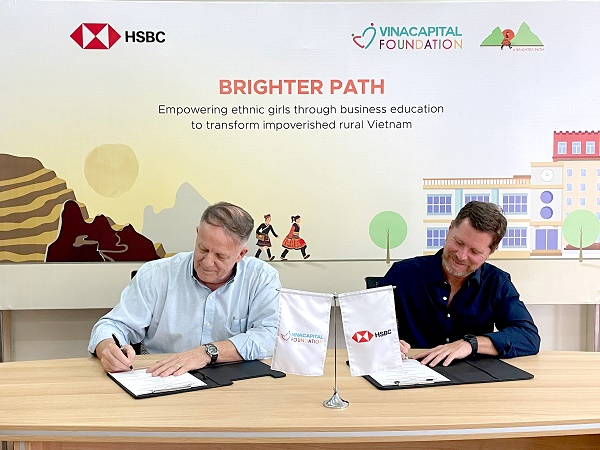 Ông Tim Evans (phải) - TGĐ HSBC Việt Nam và Ông Rad Kivette (trái) - TGĐ VinaCapital Foundation ký kết Biên bản ghi nhớ thực hiện dự án e-BPGC