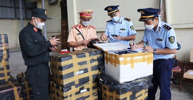 Lực lượng chức năng Lạng Sơn kiểm tra hàng hóa vi phạm