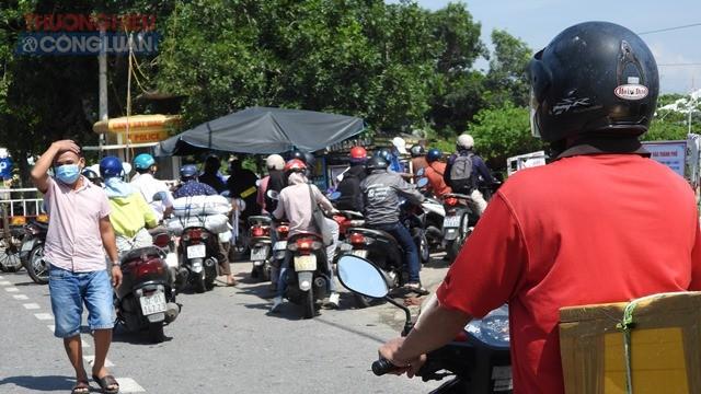 Người dân thành phố Đà Nẵng về tỉnh Quảng Nam được lực lượng chức năng kiểm tra các thủ tục theo quy định.