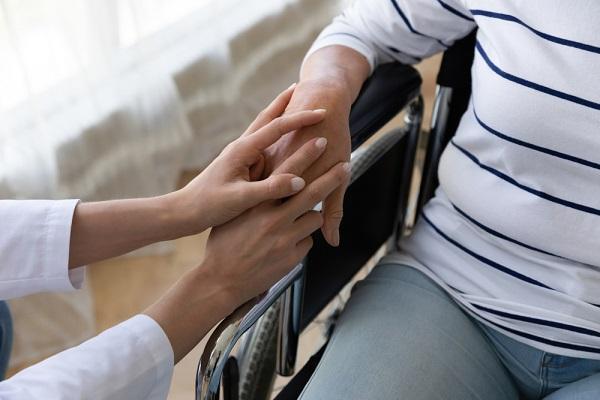 Bệnh viêm khớp không được khắc phục kịp thời có thể dẫn đến liệt, tàn phế
