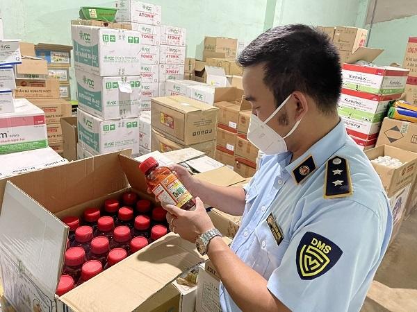 Lực lượng chức năng tiến hành kiểm tra sản phẩm tại hộ kinh doanh Nguyễn Văn Anh