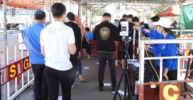 Lực lượng chức năng tại chốt C5 (Quốc lộ 1A, xã Hòa Phước, huyện Hòa Vang) kiểm tra giấy tờ cá nhân của người dân trước khi vào khu vực khai báo y tế