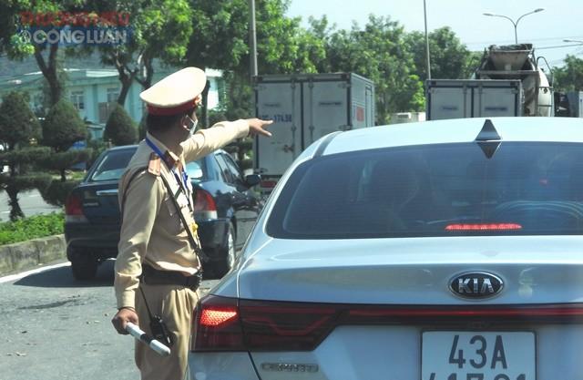 Lực lượng chức năng hướng dẫn các phương tiện làm thủ tục vào Thành phố Đà Nẵng.