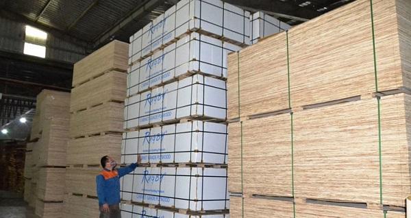 Công đoạn ép nóng quyết định chất lượng sản phẩm xuất khẩu.