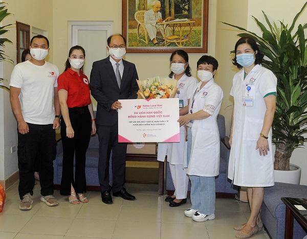 Ông Park Jong Sun - Trưởng Đại diện Tổng cục Du lịch Hàn Quốc trao quà tặng tiếp sức cho đội ngũ y bác sĩ tại Bệnh viện Đa khoa Đống Đa