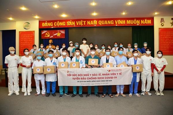 Đại diện Tổng cục Du lịch Hàn Quốc trao quà tặng tiếp sức cho đội ngũ y bác sĩ tại BV Nhiệt đới TP. Hồ Chí Minh