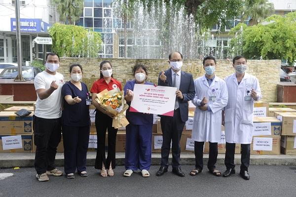 Ông Park Jong Sun - Trưởng Đại diện Tổng cục Du lịch Hàn Quốc trao quà tặng tiếp sức cho đội ngũ y bác sĩ tại Bệnh viện Thanh Nhàn