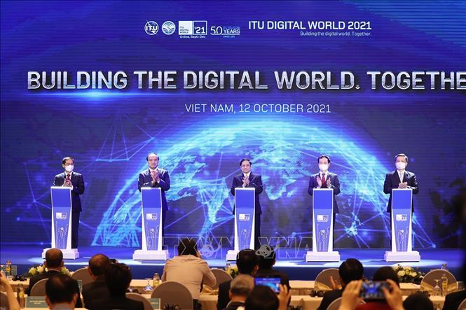 Thủ tướng Phạm Minh Chính và Tổng Thư ký Liên minh Viễn thông thế giới Zhao Houlin cùng các đại biểu thực hiện nghi thức khai mạc Triển lãm Thế giới số 2021. Ảnh: Dương Giang/TTXVN