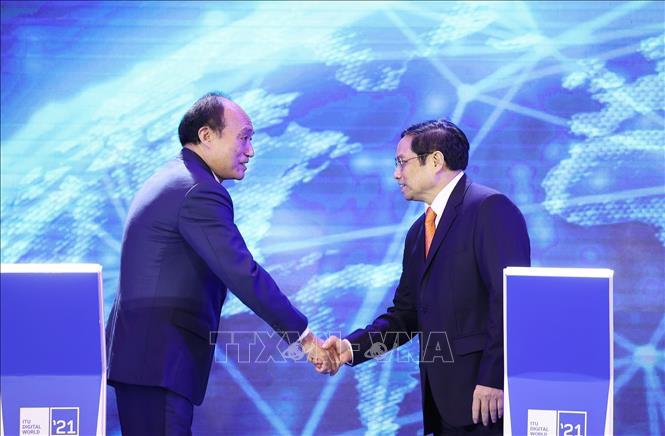 Thủ tướng Phạm Minh Chính và Tổng Thư ký Liên minh Viễn thông thế giới Zhao Houlin tại lễ khai mạc Triển lãm Thế giới số 2021. Ảnh: Dương Giang/TTXVN.