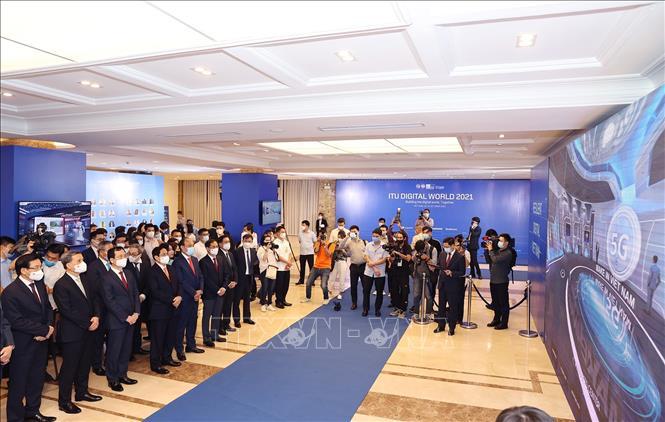 Thủ tướng Phạm Minh Chính và Tổng Thư ký Liên minh Viễn thông thế giới Zhao Houlin cùng các đại biểu tham quan Triển lãm Thế giới số 2021. Ảnh: Dương Giang/TTXVN