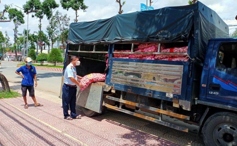 Gần 2 tạ tỏi vi phạm bị thu giữ tại Chốt kiểm dịch ở Tiền Giang