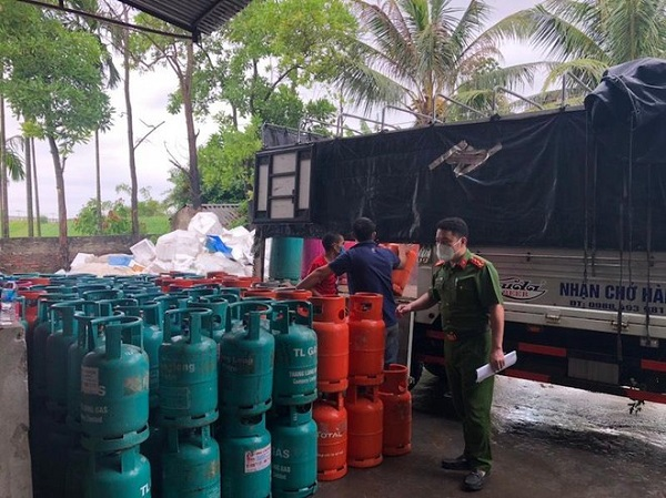 Lực lượng chức năng kiểm tra kho của Công ty Hồng Lạc