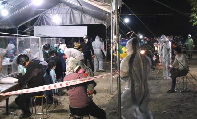 Ngành y tế huyện Phước Sơn xuyên đêm hỗ trợ người dân lấy mẫu xét nghiệm Covid-19.