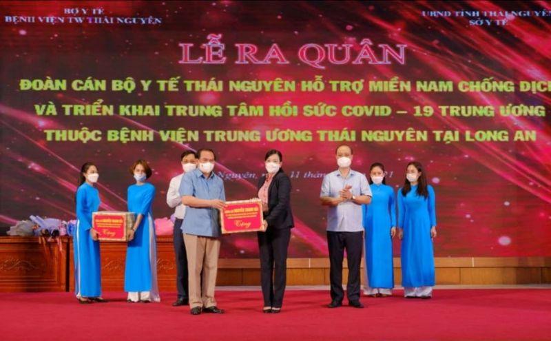 Bí thư Tỉnh uỷ Thái Nguyên Nguyễn Thanh Hải tặng quà , động viên các cán bộ y tế trước khi lên đường chi viện miền Nam chống dịch Covid-19.