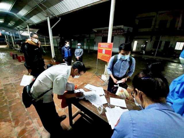 31 hành khách xuống ga Vinh làm các thủ tục, khai báo y tế...