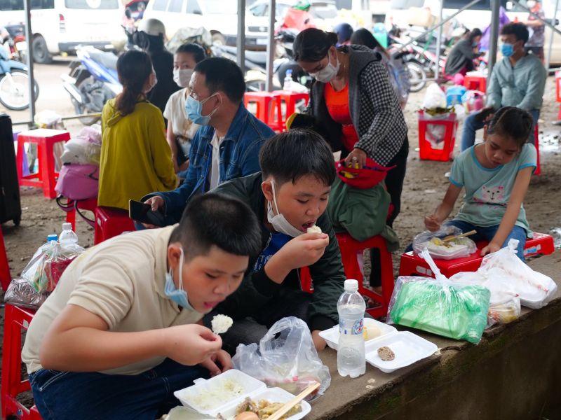 """. Người dân ấm lòng sau khi nhận các suất ăn miễn phí từ Tỉnh Đoàn và CLB Sen Hồng tại """"nhà chờ"""" ở chốt phòng chống dịch số 2 (H.Đồng Phú)"""