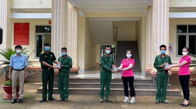 Anh Nguyễn Xuân Hạ, Phó Ban Tuyên giáo - Thanh thiếu nhi trường học Tỉnh Đoàn (bìa trái) cùng CLB Sen Hồng trao điện thoại di động cho các chiến sĩ thuộc Đại đội Bộ binh 10 để gửi về hỗ trợ con, em của các chiến sĩ học trực tuyến