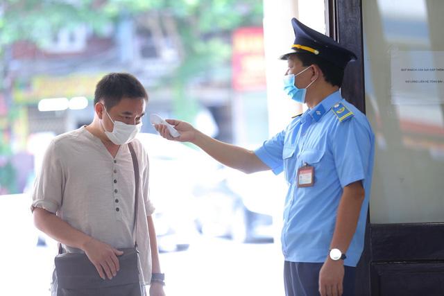 Nhân viên nhà Ga kiểm tra thân nhiệt khách hàng đến mua vé