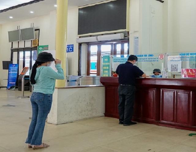 Khách hàng mua vé tại Ga Hà Nội thực hiện khoảng cách an toàn