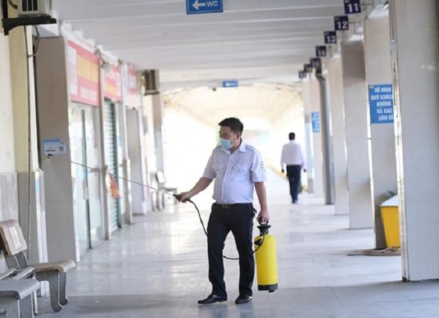 Nhân viên bến xe Giáp bát khử khuẩn khu vực bến xe