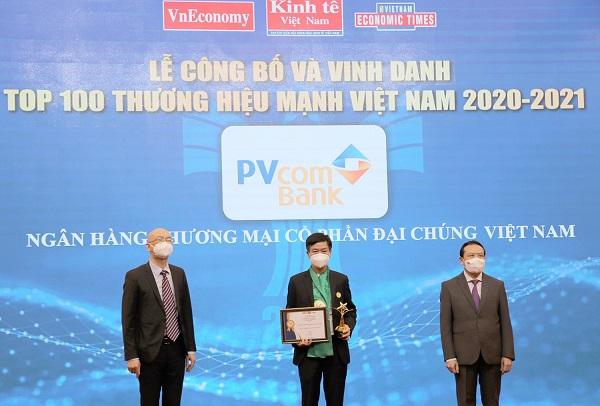 Đại diện Ngân hàng TMCP Đại Chúng Việt Nam (PVcomBank) nhận bằng khen và cúp vinh danh Thương hiệu mạnh Việt Nam
