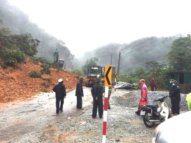 Các lực lượng chức năng phối hợp tích cực cho nỗ lực thông tuyến sau vụ sạt lở đất đá.