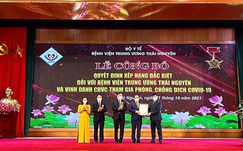 Bệnh viện Trung ương Thái Nguyên vừa tổ chức đón nhận quyết định xếp hạng đặc biệt và vinh danh cán bộ viên chức tham gia phòng, chống dịch Covid-19.