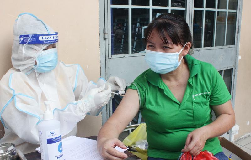 Tiêm vắc xin phòng COVID-19 cho công nhân Công ty Changshin Việt Nam. Ảnh: KT