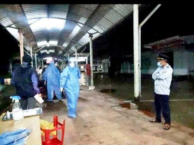 31 hành khách xuống ga Vinh làm các thủ tục, khai báo y tế trên chuyến tàu đầu tiên từ miền Nam ra Bắc sau gần 2 tháng vận tải đường sắt trên toàn quốc phải tạm dừng hoạt động để phòng chống dịch.