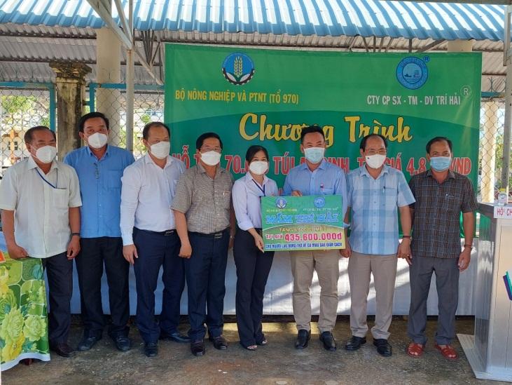 Lễ tiếp nhận 7.100 gói quà hỗ trợ cho người lao động