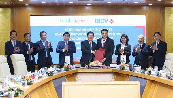Ông Lê Ngọc Lâm - TGĐ BIDV (phải) và ông Tô Mạnh Cường - TGĐ MobiFone (trái) đại diện ký kết Thỏa thuận hợp tác toàn diện giai đoạn 2021-2026