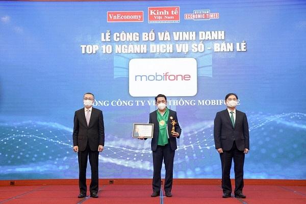 Ông Bùi Sơn Nam – Phó Tổng giám đốc MobiFone nhận danh hiệu từ Ban Tổ chức chương trình