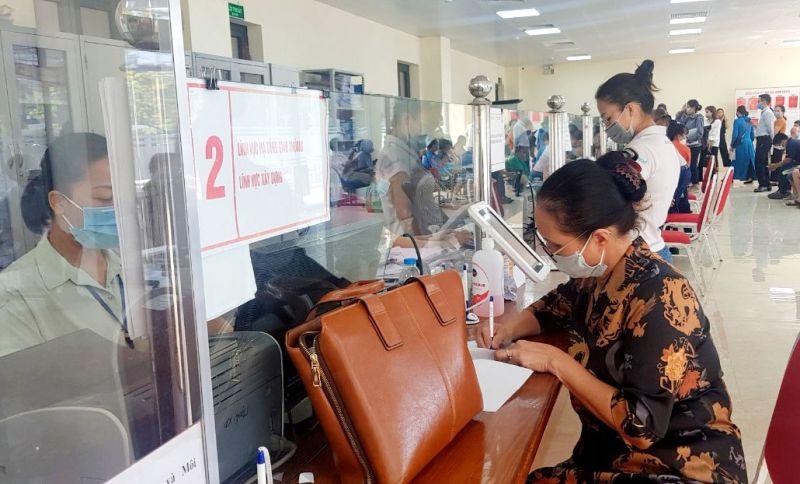 Người dân đến làm thủ tục hành chính tại Bộ phận Tiếp nhận và trả kết quả hồ sơ thủ tục hành chính của TP. Thái Nguyên.