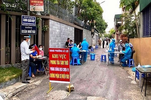 Nhân viên y tế lấy mẫu xét nghiệm tại thành phố Vinh